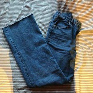 Säljer mina skitfina vida jeans från NA-KD!💛💛 Knappt använda därav väldigt fint skick, 💛💛💛