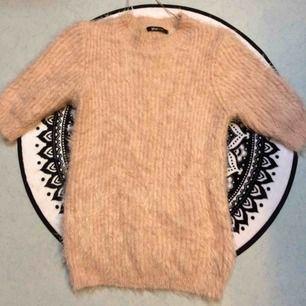 Puderrosa fluffig tröja i storlek S. Jättefint skick. Priset är inkl frakt.