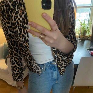 Säljer min leopardskjorta från Vera Moda för 75 kr. Den är i storlek Xs och är använd ca 5 ggr. Den kostade från början ca 200 kr.