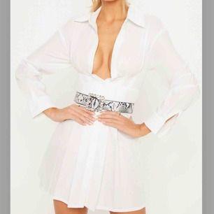 Vit skjortklänning från PLT, säljer för att den är för liten!