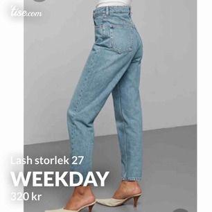 Nya jeans från Weekday!  Modell: Lash extra high mom jeans. Tvätten heter seven blue. Köpte för att ha dem oversize men det blev en för stor storlek, därav säljer jag dem. Har använt    dem 2 ggr. Skickar gärna fler bilder vid intresse!