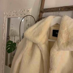 En vit super mysig och fluffig vit jacka från BikBok, endast använd 2-3 gånger, och är därför inte smutsig eller förstörd🌸 Frakten är inräknat i priset🌸