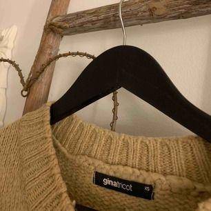 En super mysig stickad beige tröja från GinaTricot, i bra skick🌸 Frakten är inräknad i priset!🌸
