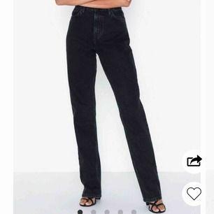 Snygga långa jeans från Nelly med egengjord slits. Model- cheeky fit denim Endast använda ca 3 gånger då dem är lite för små. •priset kan diskuteras  nypris:549kr Köparen står för fraktkostnad