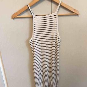 Randig ribbad klänning i stretchigt material. Bra skick!