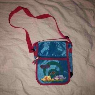 Super gullig blå Nalle-Puh väska från nån secondhand, Aldrig använt så den är i jätte bra skick! Reglerbart axelband!💙💗