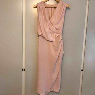 Rosa omlottklänning från ASOS. Använd två gånger.