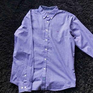 Skjorta från Tommy Hilfiger. Möts upp i Stockholm, alternativt betalar köparen frakt!
