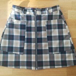 Supersöt rutig kjol från Monki. Storlek 38. Frakt kostar 42:-