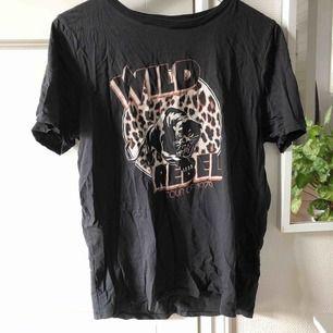 Säljer denna fina tröja ifrån ginatricot! Storlek XL men skulle säga att den är mer som en M! Säljer pga kommer aldrig till användning! Köparen står för frakten som inte är inräknad i priset! Bud startar vid 30kr