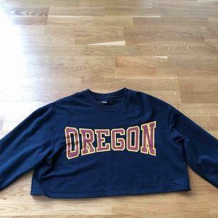 Croppad sweatshirt ifrån BikBok, använd ett fåtal gånger! Köparen står för frakten som inte är inräknad i priset! Bud startar vid 50kr
