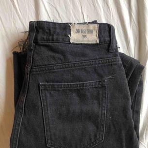 Avklippta gråsvarta mom jeans från zara i storlek 32?? Passar dock mig som har 34/36