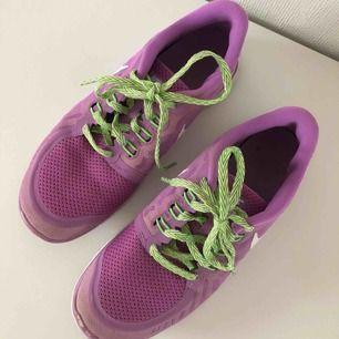 Jätte fina träningsskor från Nike i modellen nike free 5.0. Skorna är i storlek 38.5 men små i storleken det finns även två små slitningar fram vid tårna (se sista bilden) tvättas innan överlämning. Köpta för cirka en 1000 lapp, köparen står för frakten.