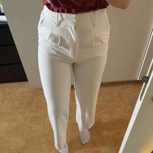 Vita kostymbyxor från ginatricot. Använt 1-2 gånger. Priset kan diskuteras.  Storleken är 34 men passar för dom som har 36 också.  Jag är 163 cm och dessa passar bra i längden