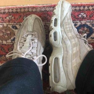 Beiga Nike air Max 95 som jag tyvärr inte använder så ofta så bestämde mig för att sälja de. Original pris = 1500-1800?