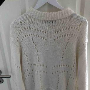 Supermysig och fin vaniljvit tröja!! funkar lika bra på vintern/hösten som till kjol en sommarkväll!! Nyskick🤍🤩🤩