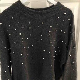 Finaste mörkgrå tröjan med pärldetaljer på!! Aldrig använd endast prövad.materialet sticks/kliar ej mot kroppen 🖤💫💫