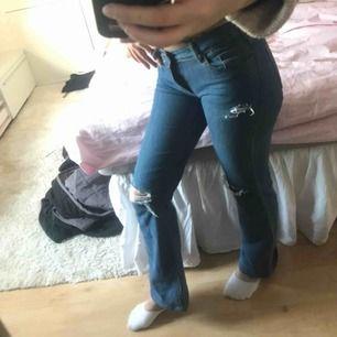 Bootcut jeans med hål vid knäna, frakt 44kr💓💞