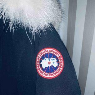 Canada goose jacka i killmodellen long parka! Sparsamt använd, äkta men kvitto finns tyvärr inte kvar. Skriv för fler bilder eller frågor om ni undrar över något!!😀