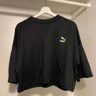 Croppad T-shirt från puma, nypris 400kr. 200kr inklusive frakt