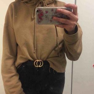Sjukt fin hoodie för billig pris, är inte så gammal nästan 4månader, och den har inga fläckar eller hål, SpArTsAmT använt!! Den har storlek M/L men skulle säga att den passar XS oxå (Frakten delar jag och köparen på)