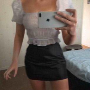 Två stycken superfina silkes kjolar från chiquelle .Har knytit kjolarna bak på bilderna då de är alldeles för stora i midjan för mig därav att de ser kortare ut i längden än va de är. Passar M/38. 180/styck LJUSBLÅ såld