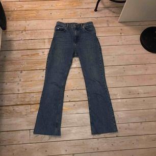 straight/bootcut jeans från asos tall. köparen står för frakt om man ej kan hämta i malmö. folk som är 165-180 kan ha dem beroende på hur långa man vill att de ska vara. om man är 173 är de nog perfekt längd typ