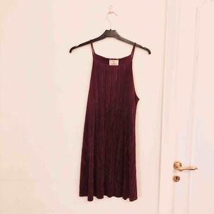 Kort mörklila klänning från Urban Outfitters 🥳