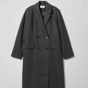 Lång kappa från Weekday. Obs! Denna modell är i svart. Sjukt fin då jag har köpt en ny kappa och denna inte kommer till användning. Frakt tillkommer för 68:-. Inköpspris ca 1600:-🖤🖤