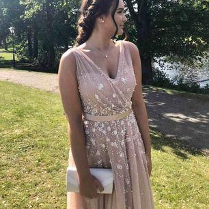 """Säljer nu min helt underbara balklänning (couture). Köpt i Jönköping förra året från """"Diamar brud och fest"""". Nypris 9300kr, köpt för 6200kr (30%). Använd endast en kväll - som ny i skicket! 🌸✨ (skicka meddelande för fler bilder och frågor)"""
