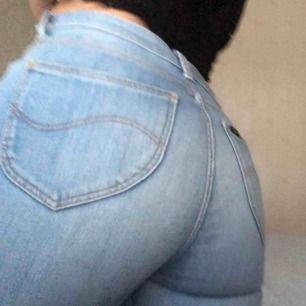 Snyggaste Lee jeansen!! Super bra skick dock används dom alldeles för lite. Skulle säga att dom passar Xs-S beroende på önskad passform. Litet hål vid hällorna, kan sys igen om önskas! Nypris cirka 800kr💫❣️
