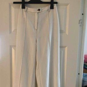 Säljer mina helt oanvända supersnygga vita utsvängda kostymbyxor från NAKD!! Pga alldeles för stora🥺🥺hoppas verkligen någon annan kan få användning för dessa då de är så sjukt snygga och passar till allt! Skulle säga att de passar en 36-38🤍