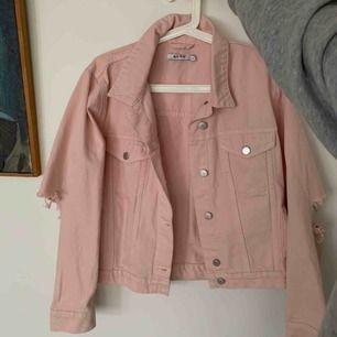 """Jättefin ljusrosa jeansjacka med skit coola """"slitningar/hål"""" vid baksida armar, från NAKD. Storlek S, aldrig använd. Super bra skick. Kan frakta men köparen står för frakt. 💛"""