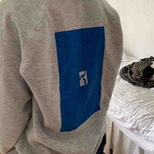 Poetic collective tröja i väldigt bra skick köpt i november ✨Nypris 799kr finns kvar, går till första som skriver nu :)