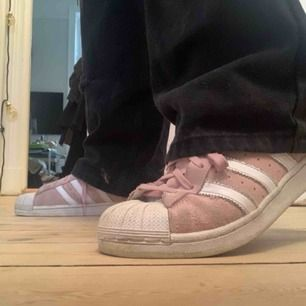 Adidas Superstar sneakers i en jättehärlig rosa färg! Ett par skor som passar till ALLT! Ljuset ger inte riktigt färgen rättvisa :(