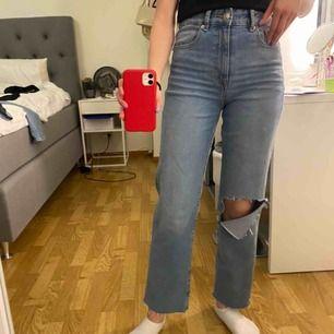 Straight jeans med hål. Frakt inkluderad i priset. Är 162 cm med långa ben. Knappt använda, säljs pågrund av att jag har för många jeans🤍dm för fler bilder
