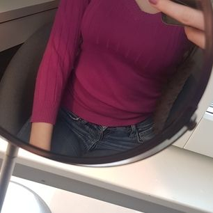 En v-neck långärmad tröja med. Aldrig använd endast testad. Från H&M. Färgen är ljus lila. Kontakta för frågor.