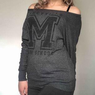 Cool high school tröja från H&M i storlek S! Använd kanske 3 gånger. Köparen står för frakten men kan även mötas upp i Uppsala, Knivsta eller Sigtuna. Tveka inte att fråga mig om något! 🌼