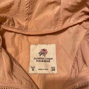 Vår/sommar jacka i gammal rosa färg med en stor ficka på magen. Säljs pga använder aldrig. Fint skick