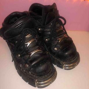 New Rock skor i storlek 38 Dessa skor är välanvända och behöver sulas om därav det billiga priset. Otroligt snygga, älskar dessa skor! Dyra i inköp, betalade 2300kr  Frakt 100kr eller avhämtning i Stockholm  Kolla mina andra annonser, samfraktar gärna! :)