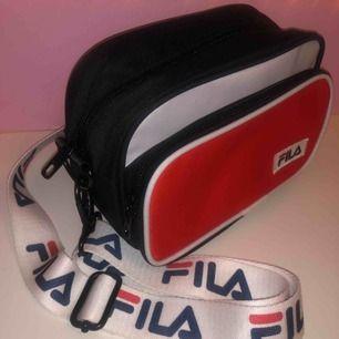 Skitsnygg, splitterny & oanvänd FILA väska med reglerbart axelband  60kr frakt eller avhämtning i Stockholm