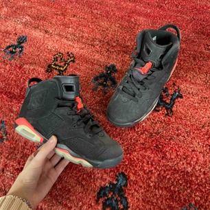 Air Jordan 6 Infrared 2014-modellen. Bara använda en gång och svåra att få tag på! Säljer oftast slut direkt. Då jag inte trott att dem skulle säljas så finns inget kvitto dessvärre. Frakt: 95kr