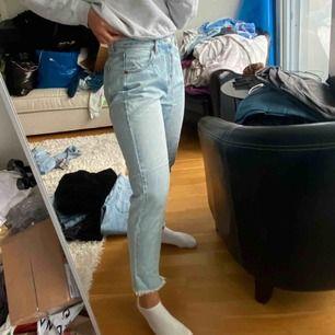 Jättefina jeans, aldrig använda pga för stora. Jag är 170 lång och har vanligtvis 36 så tror dem skulle passa en 38 eller om ni vill de ska sitta pösigt så 36.