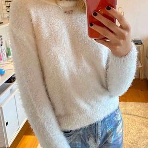 Mysig fluffig vit stickad tröja, storlek S från hm!