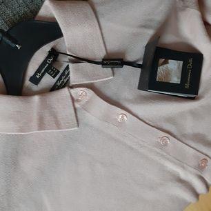 Oanvänd helt ny med prislapp kvar. Söt puderrosa finstickad massimo dutti jumper, köpt för 39€ säljer den för 150 ink frakt. Strl M men som en S beroende på hur man vill att den ska sitta.