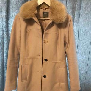 Superfin beige/rosa kappa från Oasis! Köpt förra året för 1200kr men knappt använd så är i nyskick. 💓 köpare står för frakt