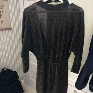 Superfin klänning med öppen rygg i glitter