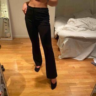 Svarta bootcut kostymbyxor från zara, ordinarie pris 400kr och har även sytt på hos en skräddare sånna man kan ha bälte i. Vilket kostade 300kr. Jag är 170cm lång och när vanligtvis storlek 36