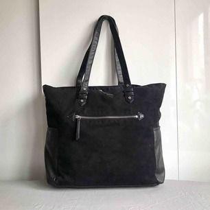 """> FRAKT INKLUDERAT < Snygg svart väska där en 13"""" dator får plats. Rymmer mer än vad man tror. Perfekt väska med andra ord.  Frakt inkluderat i priset."""