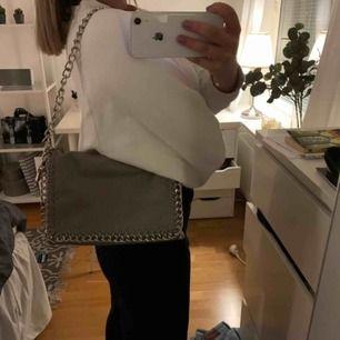 Säljer denna supersnygga väska från Scorett som är i jättefint skick! Har långt band men går även att korta ner som på första bilden. Köparen står för frakt!!⚡️